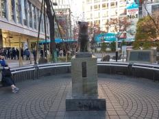 הופתעתי לגלות שממש מול העמדה של הפוליטיקאי נמצא פסל ההאצ'יקו המוכר לי מהמשחק The World Ends With You. גם משחק נהדר, שחקו בו~
