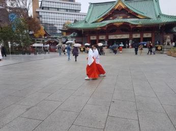 והנה Shrine Maidens אמיתיות! D: